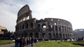 Il Colosseo va a pezzi