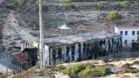 Centro d'accoglienza in fiamme. Le immagini