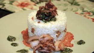 Tortini di riso con calamaretti su crema di peperoni