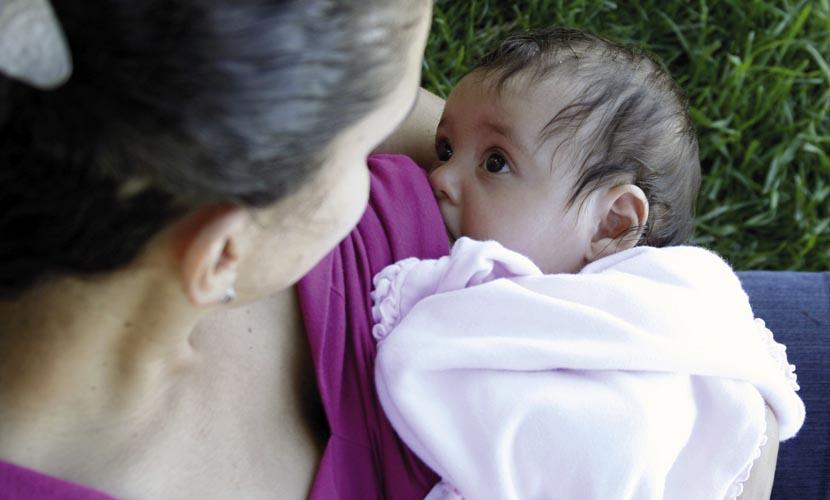 Una mamma che allatta