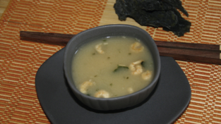 Zuppa di miso con tofu e gamberetti