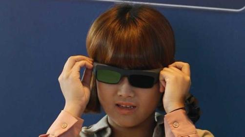 Bambino con occhiali 3D