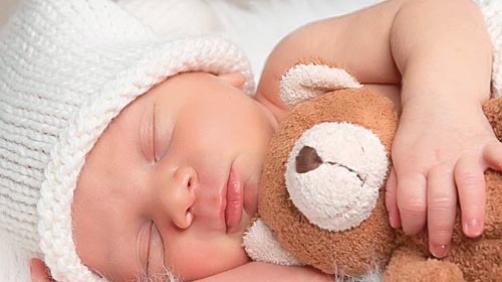 Un neonato che dorme