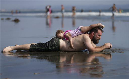 Un papà con la figlia in spiaggia