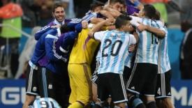 Contro la noia, solo i rigori: gli argentini in finale