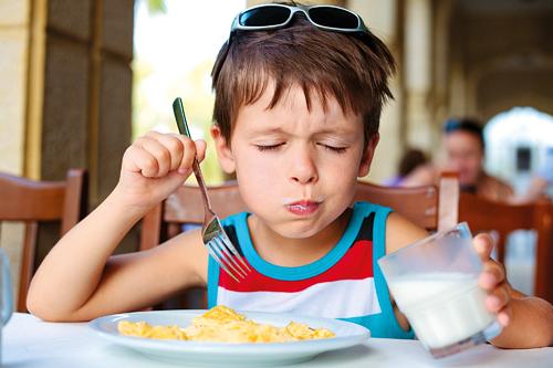 Un bambino che mangia