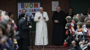 Il papa: mai cacciare un bimbo che piange dalla chiesa