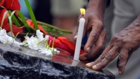 Lacrime e preghiere per commemorare lo Tsunami