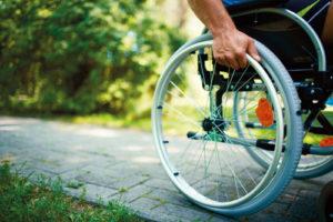 La carrozzella di un portatore di handicap