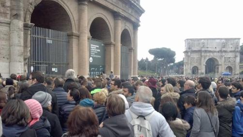 Turisti in fila al Colosseo