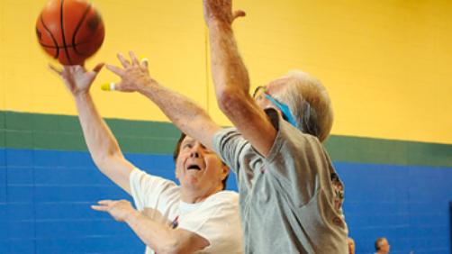 Due anziani giocano a basket