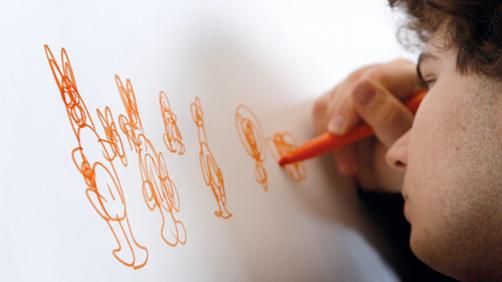 Un bambino che disegna