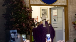 Papa Francesco apre la Porta dei poveri