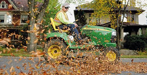 Un operatore ecologico che raccoglie foglie