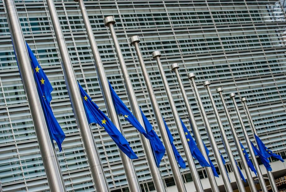 Bandiere dell'Unione europea a mezz'asta in segno di lutto per le vittime dell'attentato terroristico a Nizza foto Ansa