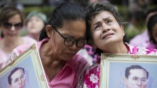 La Thailandia piange il suo re