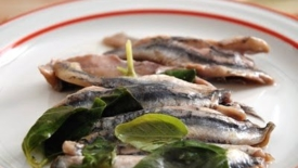 Acciughe (alici) marinate con succo di limone e aceto al basilico