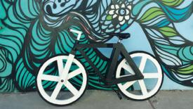 Una bicicletta di cartone