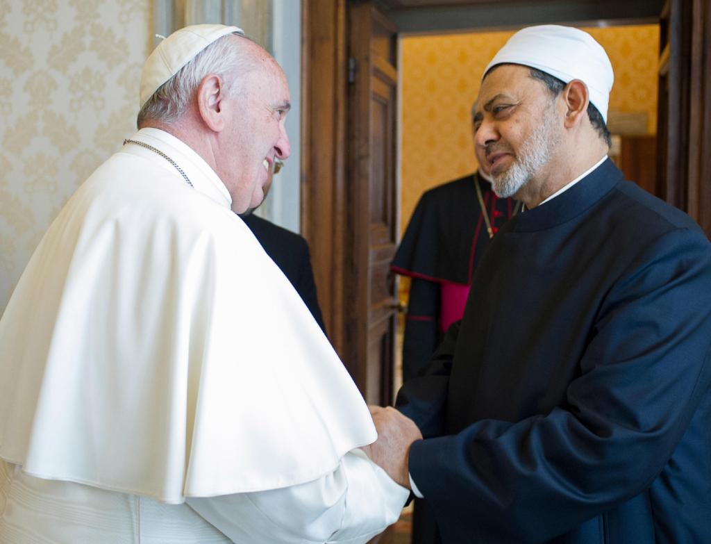 Lo sceicco Ahmed el-Tayyib, Grand Imam della moschea Al-Azhar, con papa Francesco nel maggio 2016