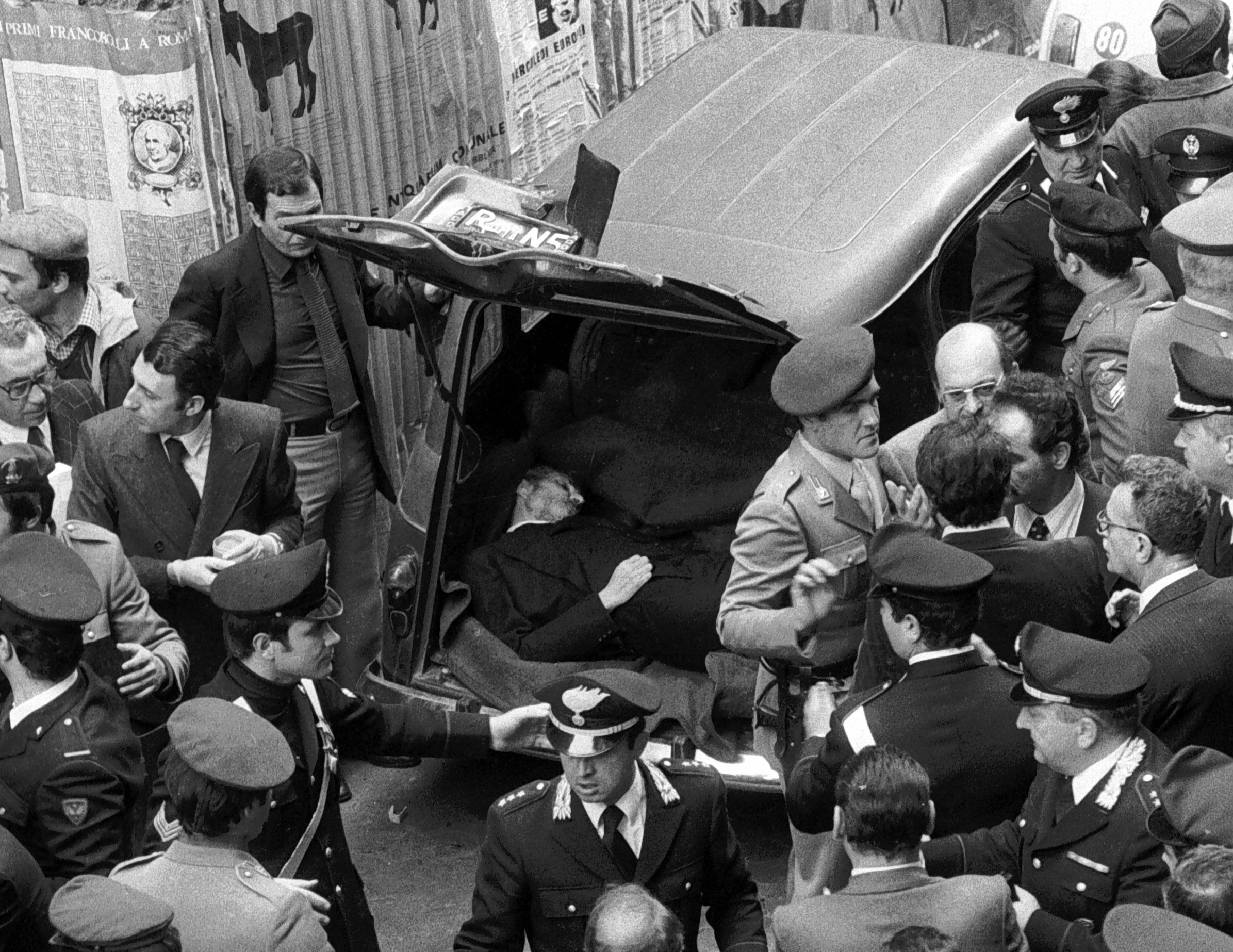 20031111 - ROMA - CRO - MORO: PRESTO RICHIESTA RIAPERTURA INDAGINI PER CONTO VEDOVA - Una foto d'archivio, datata 9 maggio 1978, del ritrovamento del corpo di Aldo Moro in una renault, in via Caetani a Roma. ROLANDO FAVA/ANSA-ARCHIVIO/TO