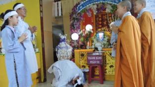 Un funerale tra preghiere, cibo e colori