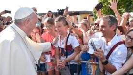 Due preti come esempio della Chiesa dei poveri