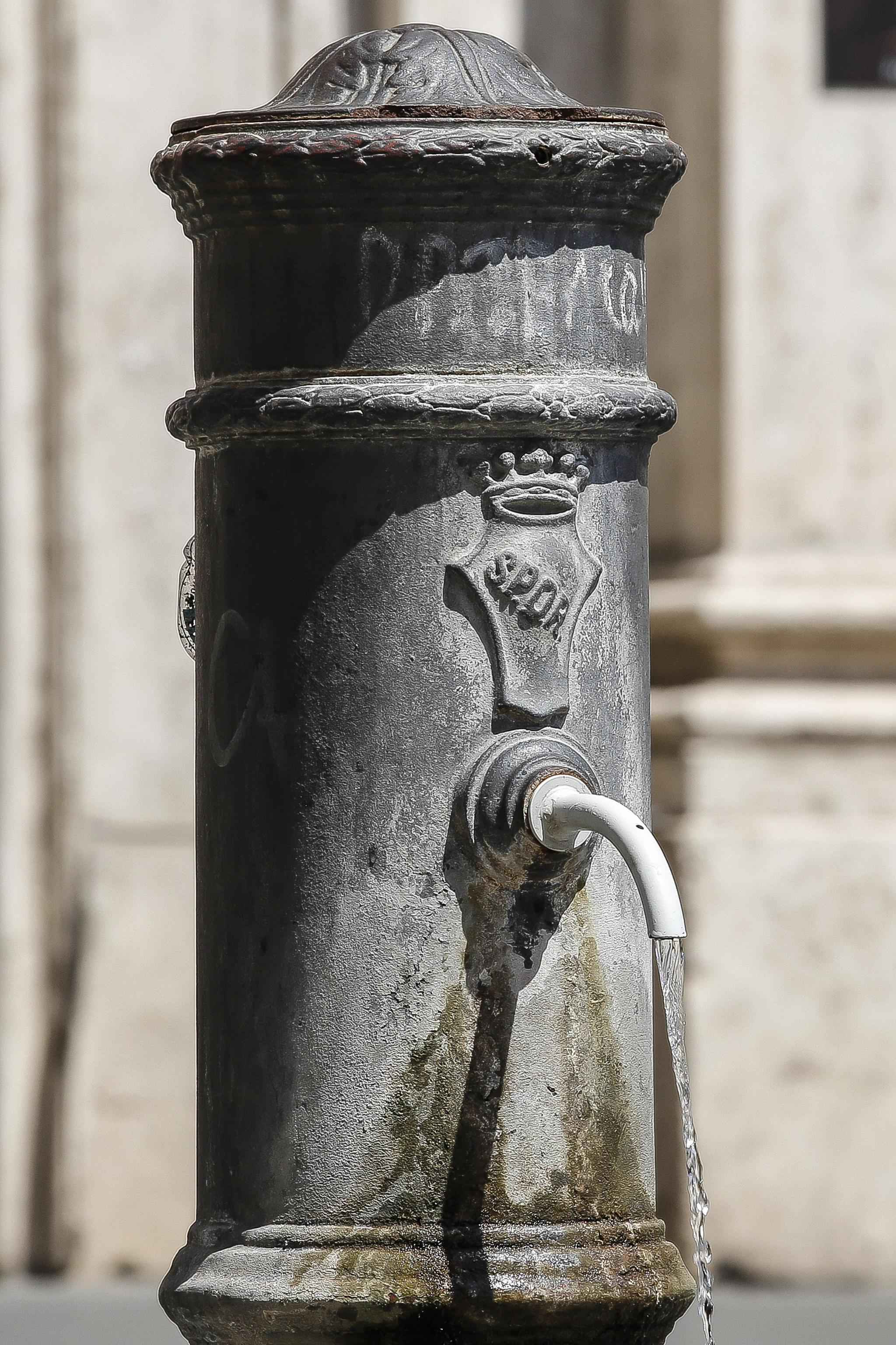 Una delle fontanelle pubbliche di Roma, meglio note come ''nasoni'', per le quali la giunta comunale guidata da Virginia Raggi sta valutando l'ipotesi di una chiusura parziale o totale a causa della siccità e dell'emergenza idrica. Roma, 26 giugno 2017. ANSA/GIUSEPPE LAMI