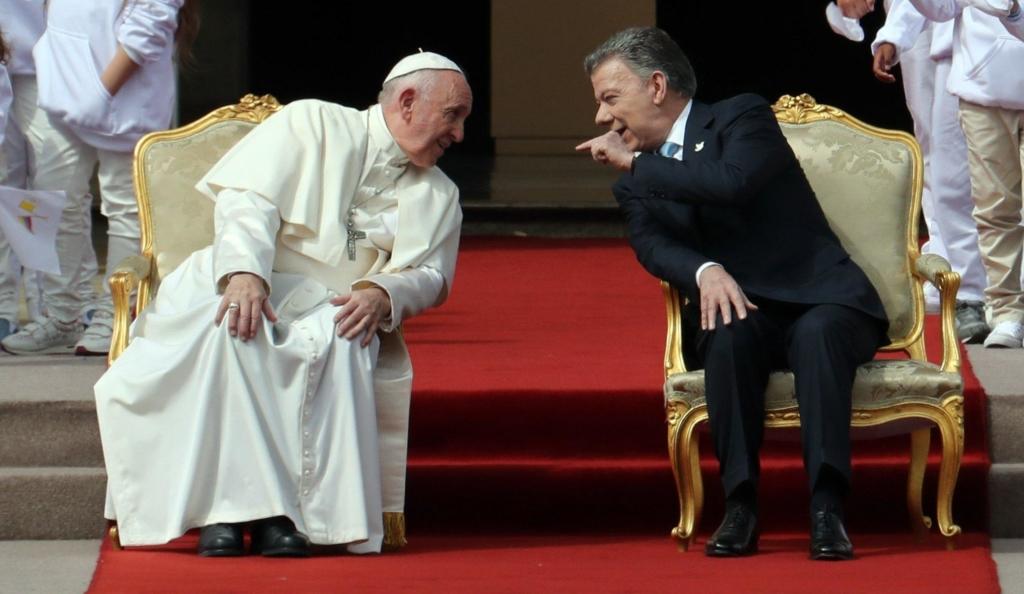Papa Francesco col presidente colombiano Juan Manuel Santos.