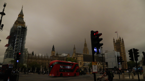 Inusuale colore del cielo a Londra dopo il passaggio di Ophelia
