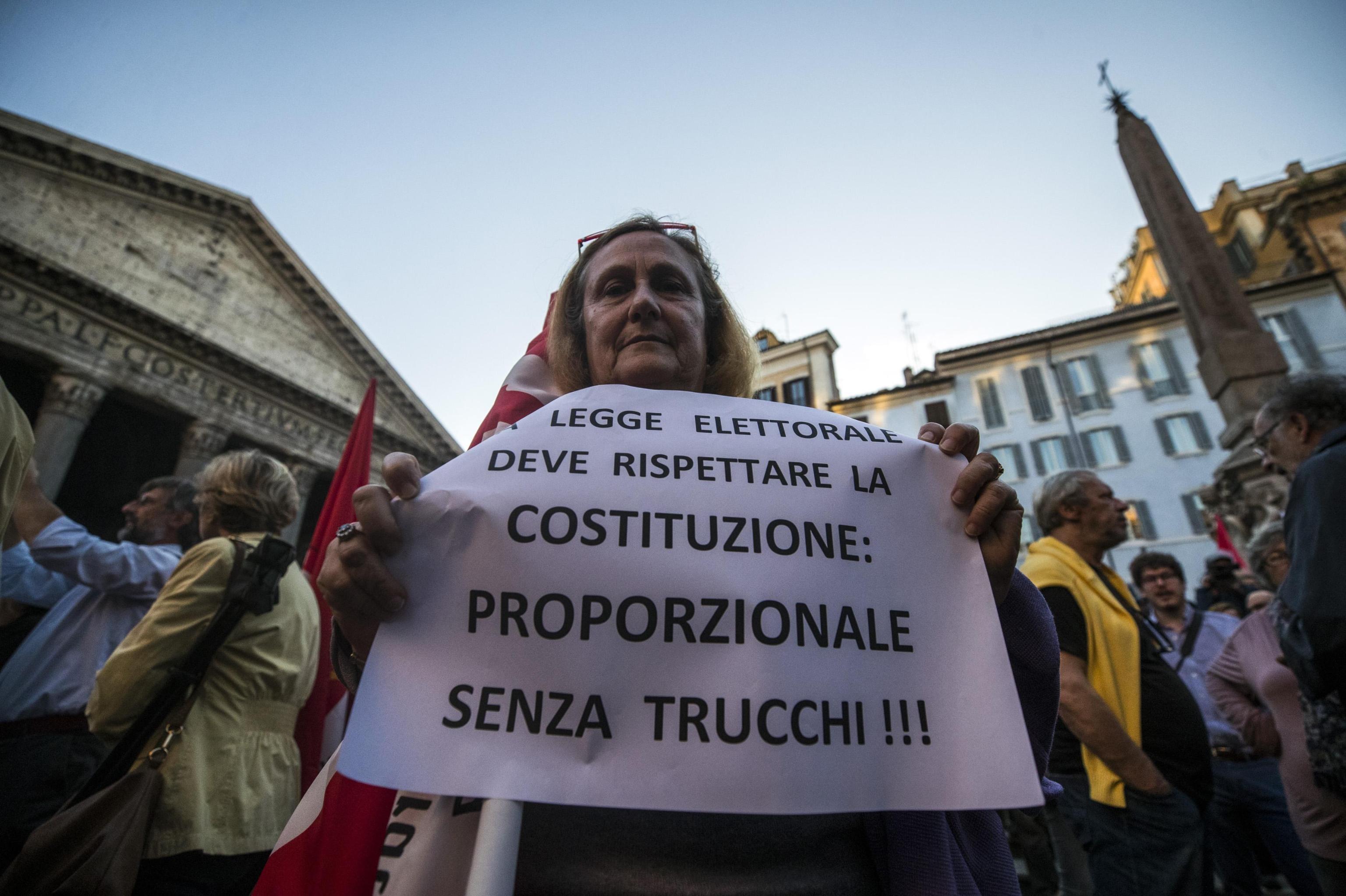 un-momento-del-sit-in-organizzato-dalla-sinistra-contro-la-fiducia-sul-rosatellum-bis-in-piazza-del-pantheon-a-roma-foto-ansa