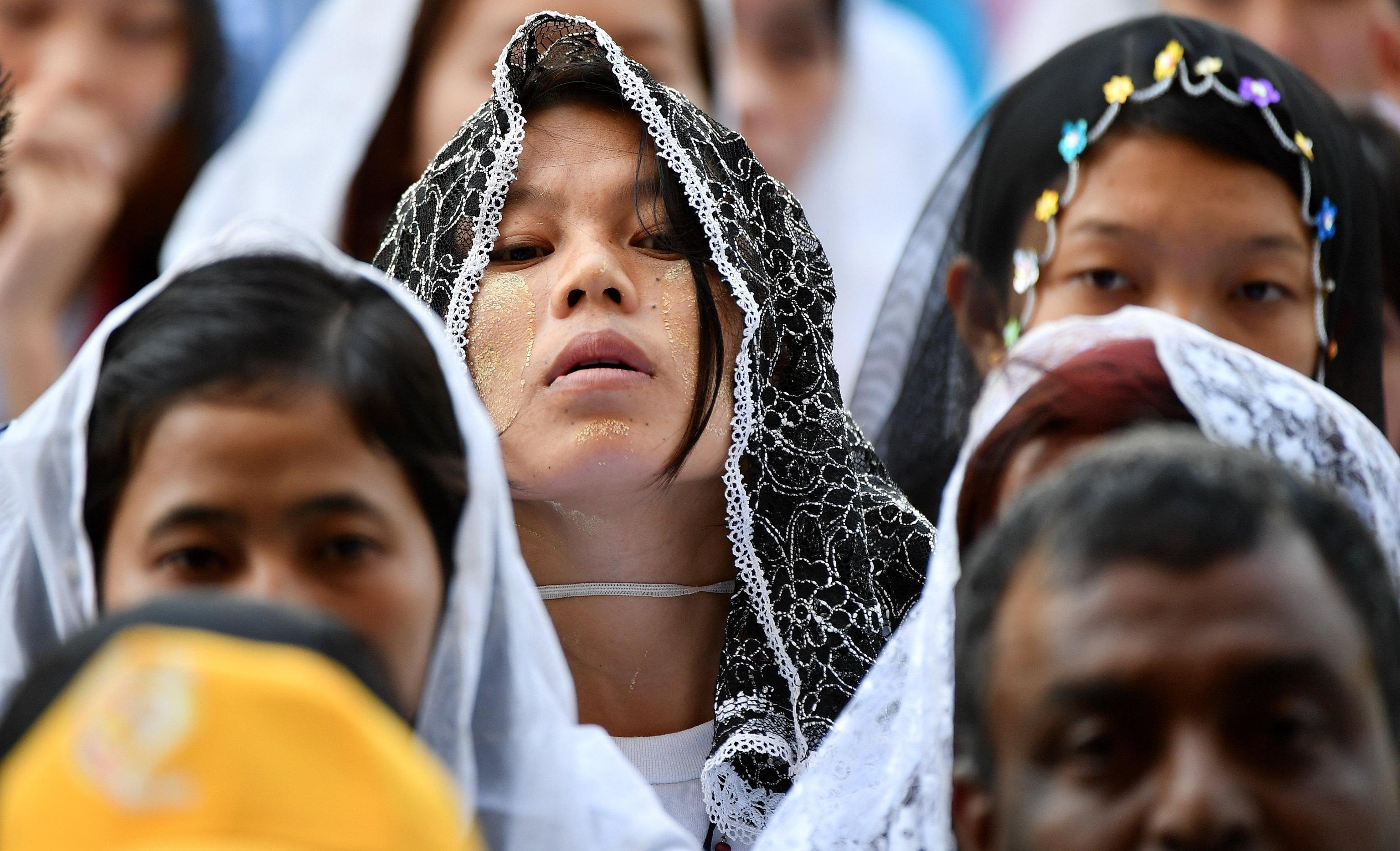 fedeli-alla-messa-con-papa-francesco-in-myanmar-foto-ansa