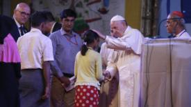 Il papa ai rohingya: perdonateci