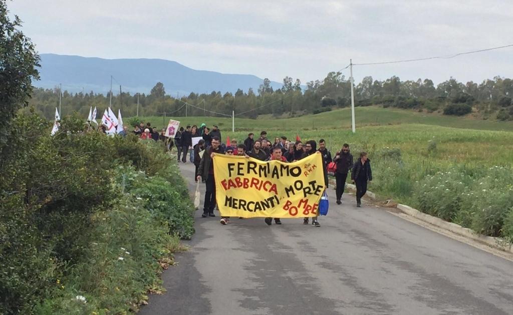 Marcia pacifisti contro fabbrica di bombe nel sud Sardegna