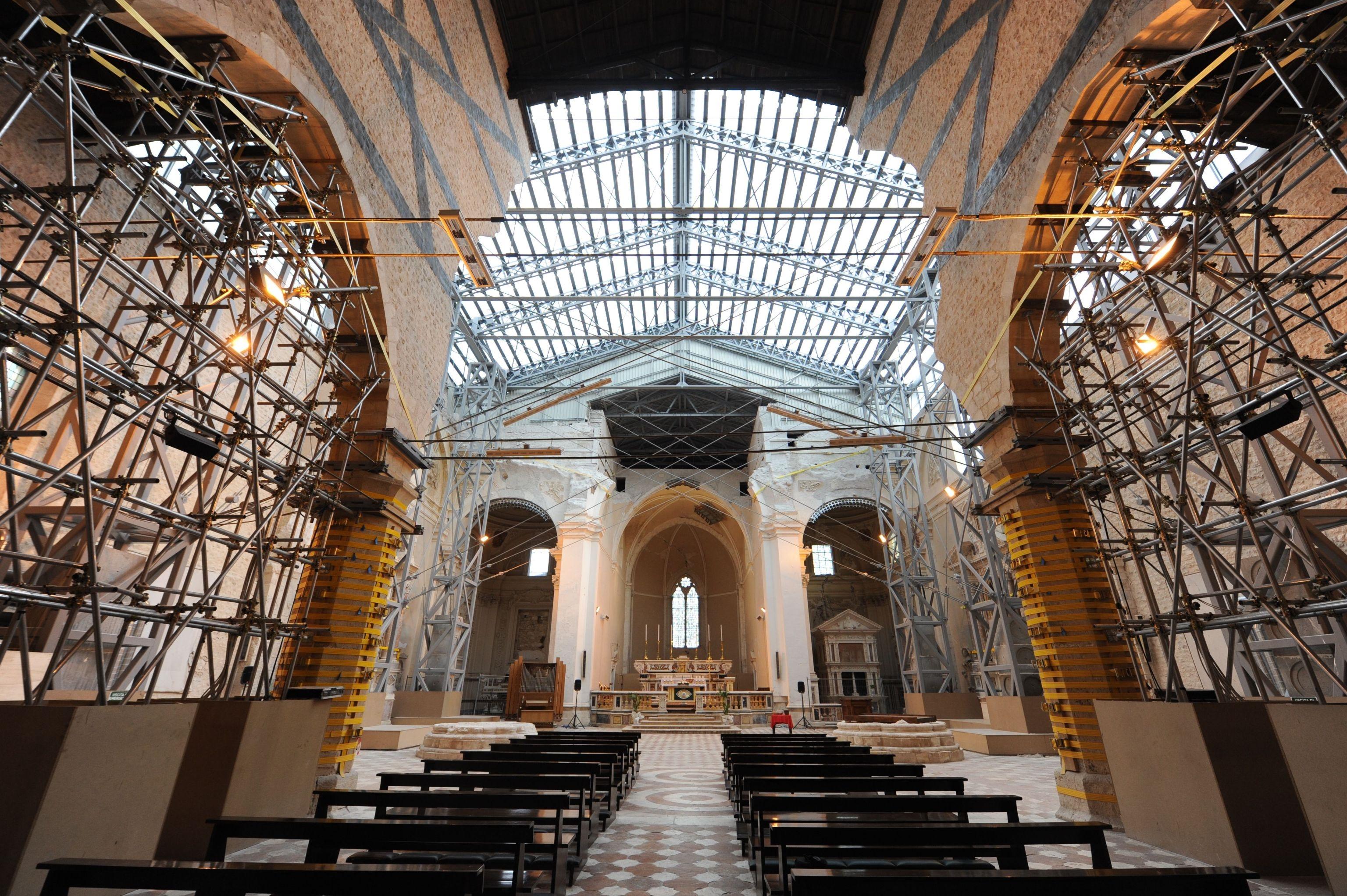la-basilica-di-collemaggio-a-laquila-danneggiata-dal-terremoto-foto-ansa