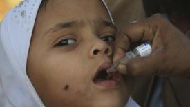 Il Pakistan si vaccina nonostante le minacce talebane