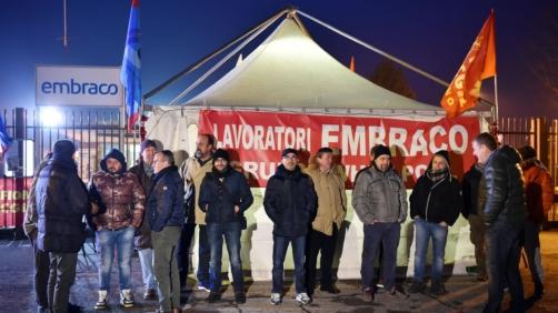 Un momento del presidio permanente dei lavoratori della Embraco all'esterno dello stabilimento di Riva a Chieri per protestare contro i licenziamenti annunciati dall'azienda, Torino, 10 gennaio 2018. ANSA/ALESSANDRO DI MARCO