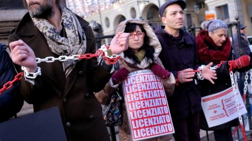 I lavoratori della Fondazione Torino Musei protestano davanti al Comune contro i licenziamenti annunciati dai vertici della fondazione a Torino, 28 Dicembre 2017.  ANSA/ ALESSANDRO DI MARCO