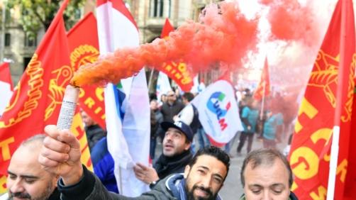 Un momento del corteo dei lavoratori dell'azienda Embraco - Gruppo Whirlpool in occasione dello sciopero contro i licenziamenti sfila per le vie del centro città, Torino, 10 novembre 2017. ANSA/ALESSANDRO DI MARCO
