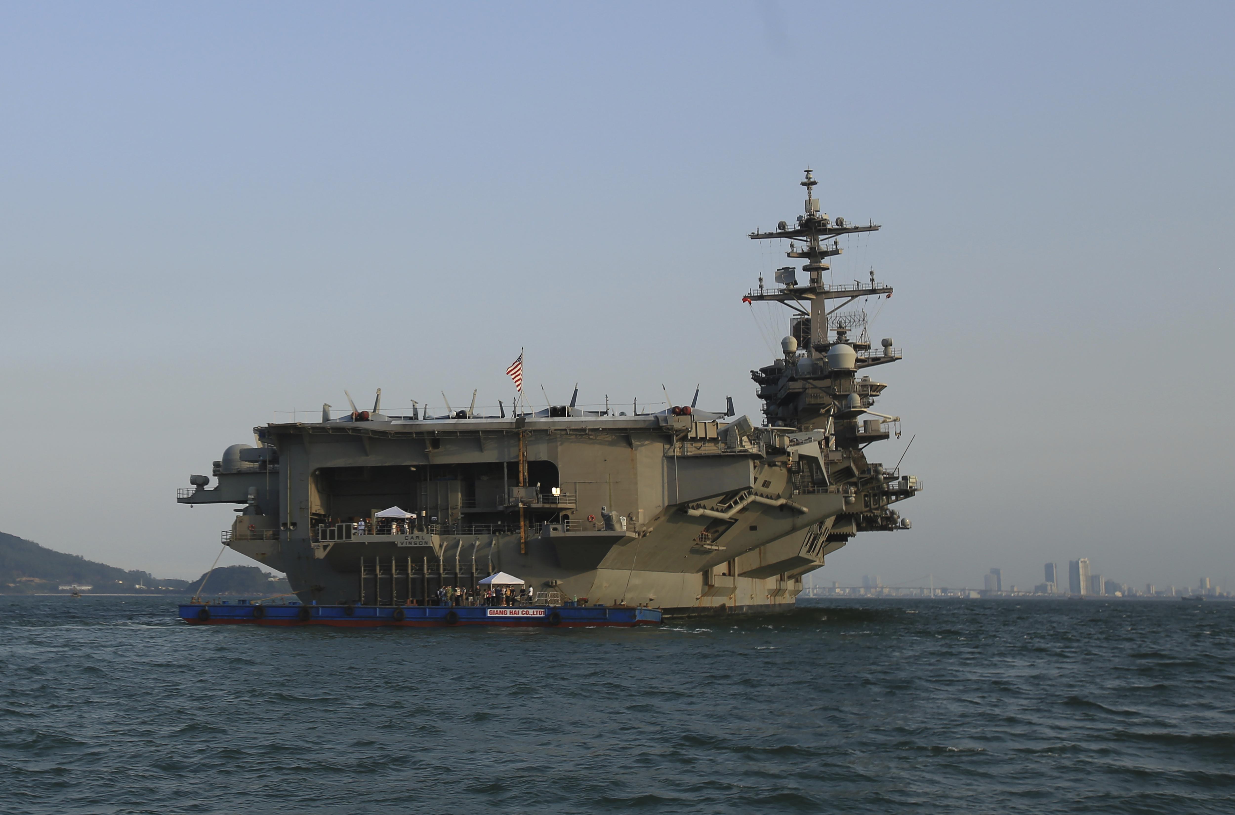 La portaerei USS Carl Vinson in visita nel Vietnam