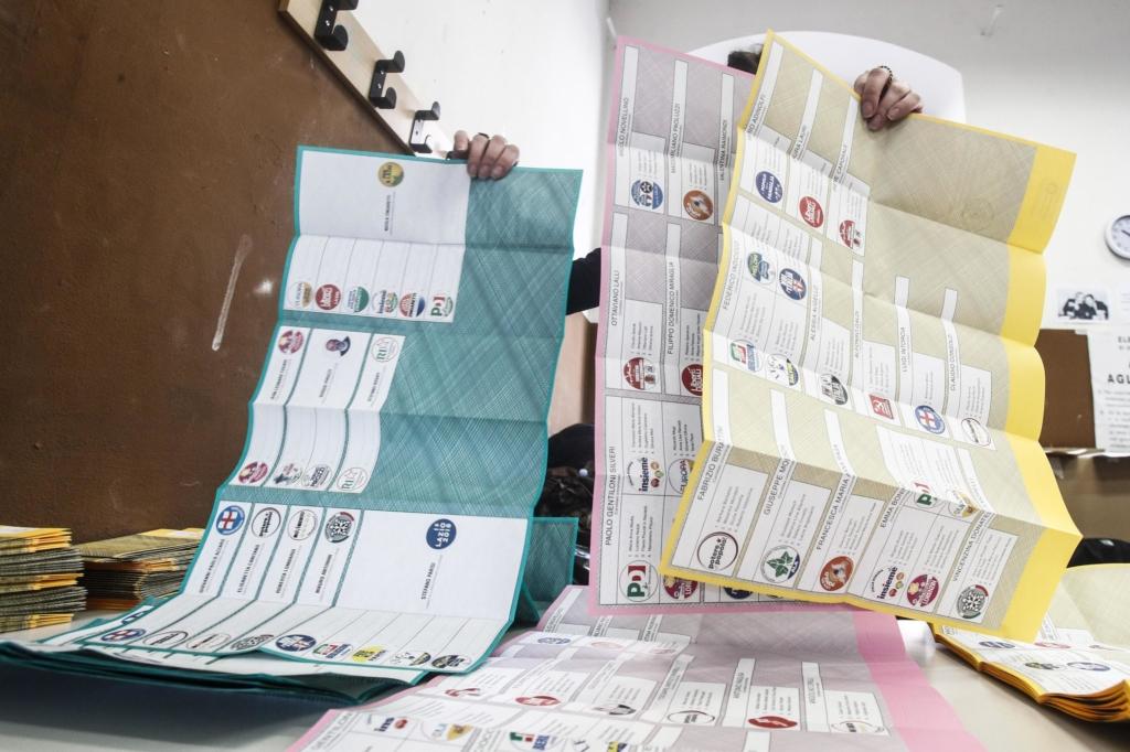 Elezioni: lunghe file ai seggi a Roma per votare