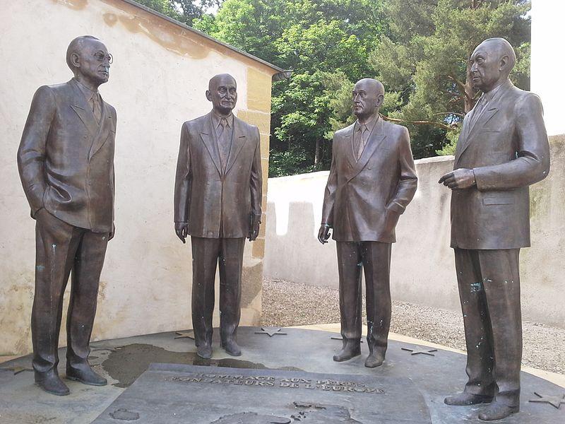 monumento-omaggio-ai-padri-fondatori-delleuropa-alcide-de-gasperi-robert-schuman-jean-monnet-e-konrad-adenauer-foto-di-geertivp-wikipedia-commons