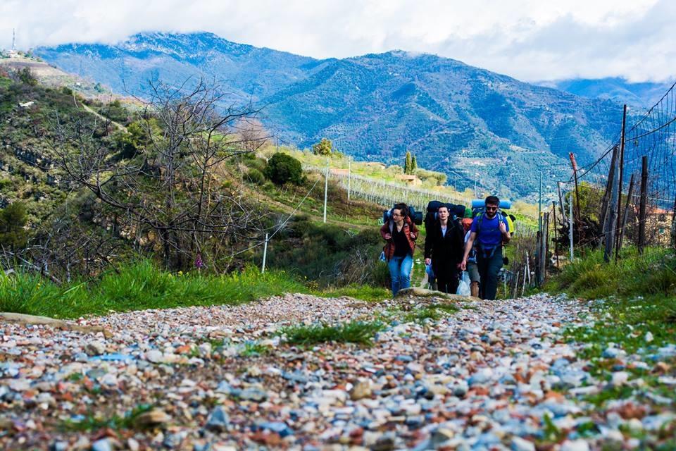 giovani-in-cammino-sui-passi-dei-migranti-durante-la-pasqua-foto-di-luca-dalessandro