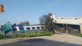Treno contro tir, 2 morti e 23 feriti nel torinese