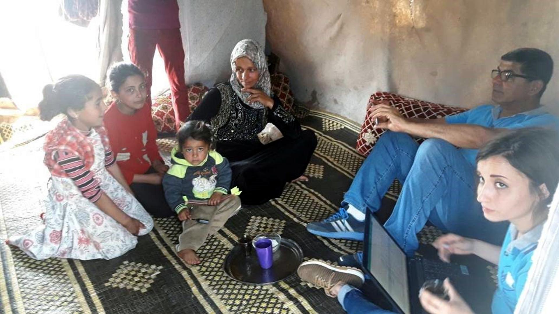 ghazaleh-e-la-sua-famiglia-incontrano-frate-georges-sabe-dei-maristi-blu-nel-campo-di-al-chahba-nei-pressi-di-kafar-naseh-foto-fmsi