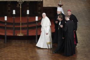 Papa Francesco nella chiesa luterana Santa Maria di Riga.