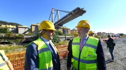 Il moncone di ponte Morandi visto dal limite della Zona Rossa, il presidente della Regione Liguria Giovanni Toti e il sindaco di Genova Marco Bucci.