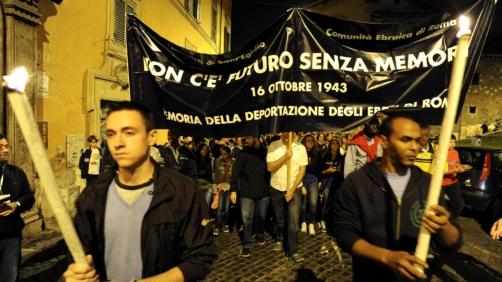 Un momento della manifestazione, organizzata dalla Comunita' di Sant'Egidio e la Comunita' ebraica della Capitale, in ricordo del rastrellamento del ghetto di Roma avvenuto il 16 ottobre 1943, Roma, 16 ottobre 2012.   ANSA / ETTORE FERRARI