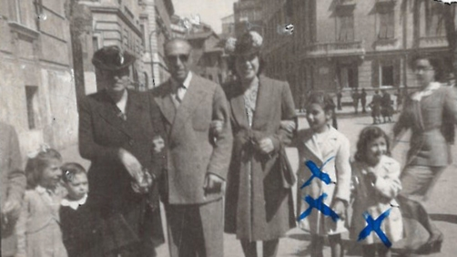 Una immagine d'epoca raffigurante tra gli altri le piccole sorelle Fiorella e Luciana Anticoli, tratta dal volume '16.10.1943. Li hanno portati via', che raccoglie missive, corrispondenze, report, dossier e fotografie sui bambini romani ebrei deportati.  Furono 1.259 le persone della comunità ebraica romana (tra i quali 207 bambini, 363 uomini e 689 donne) rastrellate dai soldati tedeschi della Gestapo tra le 5,30 e le 14 di sabato 16 ottobre 1943 nel ghetto di Roma, tra Via del Portico d'Ottavia e le strade adiacenti. Una data che quest'anno assume un valore particolare per la ricorrenza dei 70 anni della razzia e per le polemiche seguite alla scelta dei far svolgere i funerali di Erich Priebke proprio il 15 ottobre.     ANSA / US ++NO SALES EDITORIAL USE ONLY++