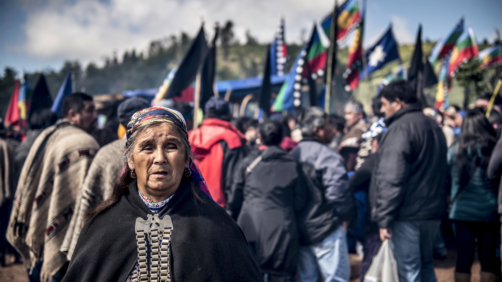 17 November 2018, Chile, Temucuicui: People from the indigenous Mapuche people take part in the funeral of 24-year-old Camilo Catrillanca in a cemetery. A special unit of the Chilean military police (Carabineros) had shot Catrillanca on 14.11.2018 in the indigenous Mapuche community Temucuicui. According to police, the officers tracked three car thieves who had stolen their teachers' vehicles. The persecution led them into the territory of the Mapuche community of Temucuicui. Following Catrillanca's death, Mapuche organisations have called for protests across the country. Photo by: Ana Karina Delgado/picture-alliance/dpa/AP Images