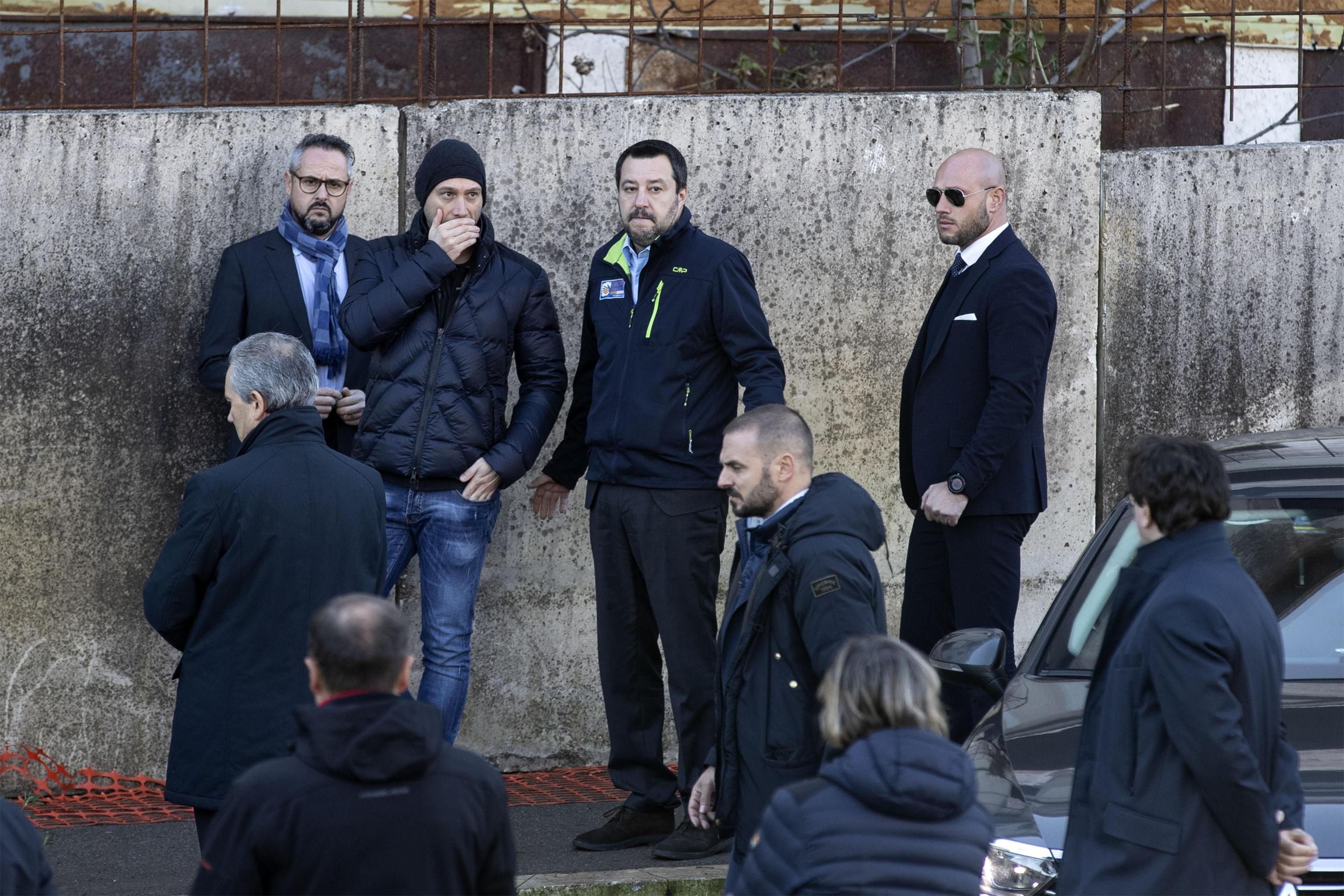 Il ministro dell'Interno e vicepremier Matteo Salvini  nello stabile dell'ex fabbrica di Penicillina dove da stamattina è in corso lo sgombero a Roma, 10 dicembre 2018.  ANSA/PERI - PERCOSSI